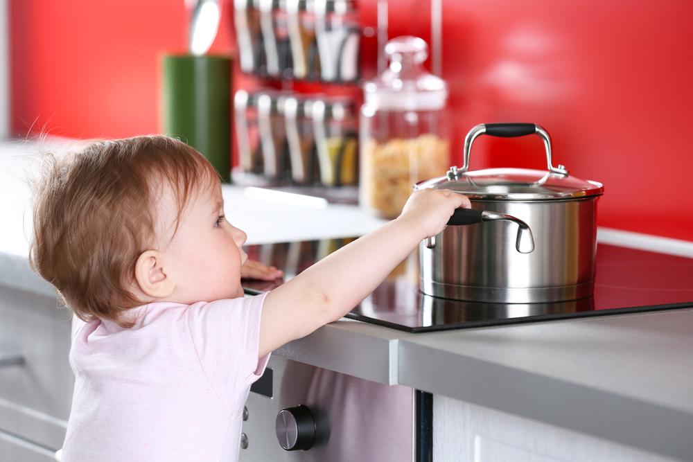 Eine Checkliste mit Erste-Hilfe-Maßnahmen beim Baby hilft, Gefahren zu vermeiden